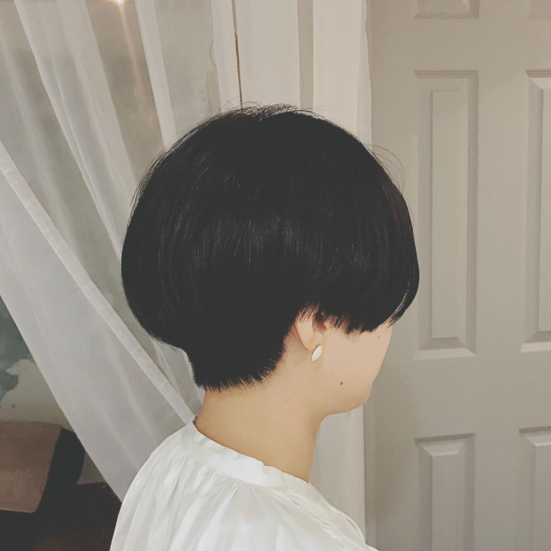 浦川 由起江さんのヘアスタイルの写真。テーマは『黒髪ショート、マッシュショート、ショート、プライベートサロン、nanon』