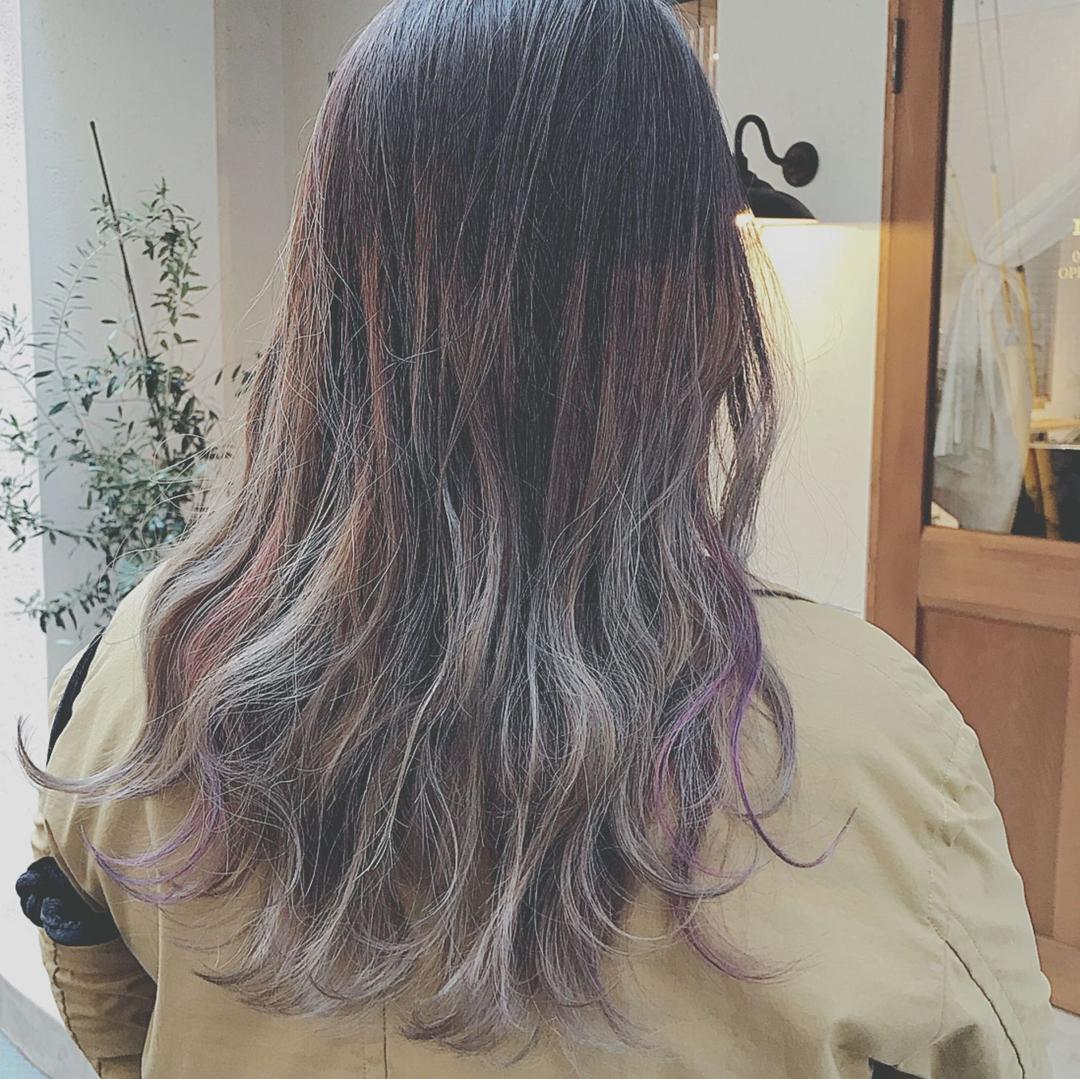 浦川 由起江さんのヘアスタイルの写真。テーマは『ハイライト、パープル、シルバーアッシュ、アッシュグレー、スペクトラムカラーズ、ファイバープレックス、アクセサリーカラー』