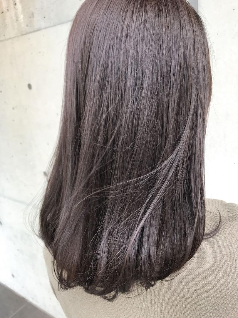 【lotus】 稲田さんのヘアスタイルの写真。テーマは『外国人風、アディクシーカラー、グラデーションヘア、リアルミー、髪質改善、グレージュ、ハイライト、イルミナカラー、サロンスタイル、リアルヘア、3Dカラー、バレイヤージュ、グラデーション、シルバーシャンプー、ミルクティー、透け感カラー、ピンクベージュ、セミロング、イメチェン、ショートバング、ファッション』
