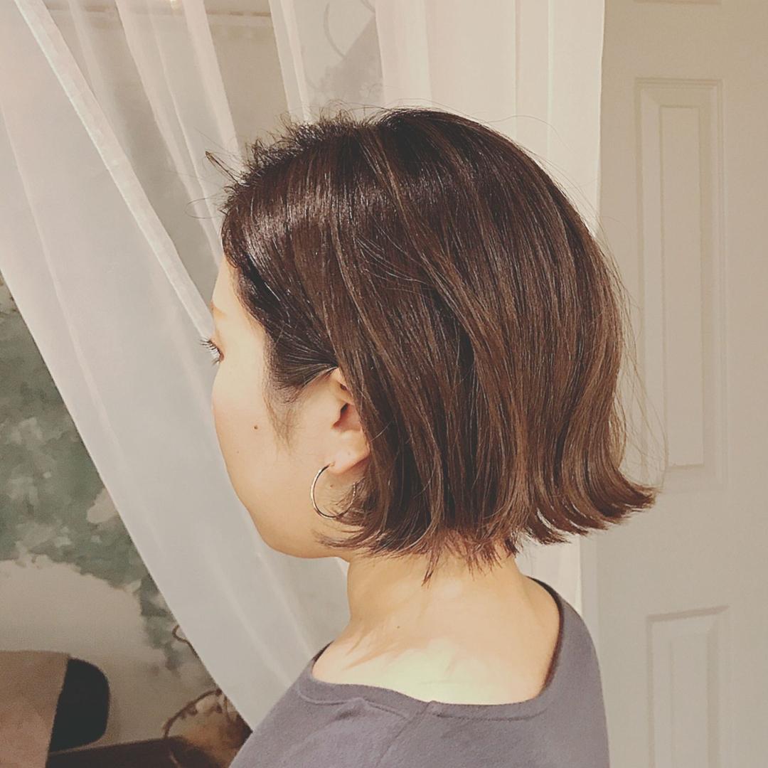 浦川 由起江さんのヘアスタイルの写真。テーマは『切りっぱなしボブ、外はね、ハイライトカラー、ファイバープレックス、アッシュ、プライベートサロン、nanon』