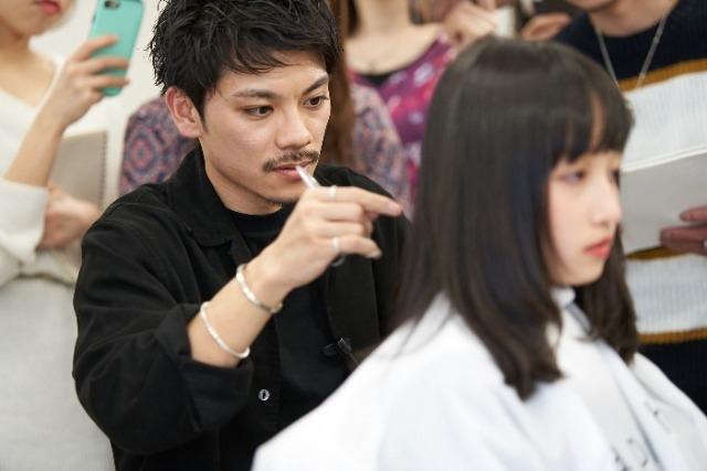 「apish AOYAMA」の新進気鋭の若手デザイナー、貴龍氏と黒山慶司氏をお迎えして2019年2月26日(火)に開催された特別セミナー。前編は黒山氏による『パーマが映えるカット』を中心に女性のパーマ施術についてレポートします。