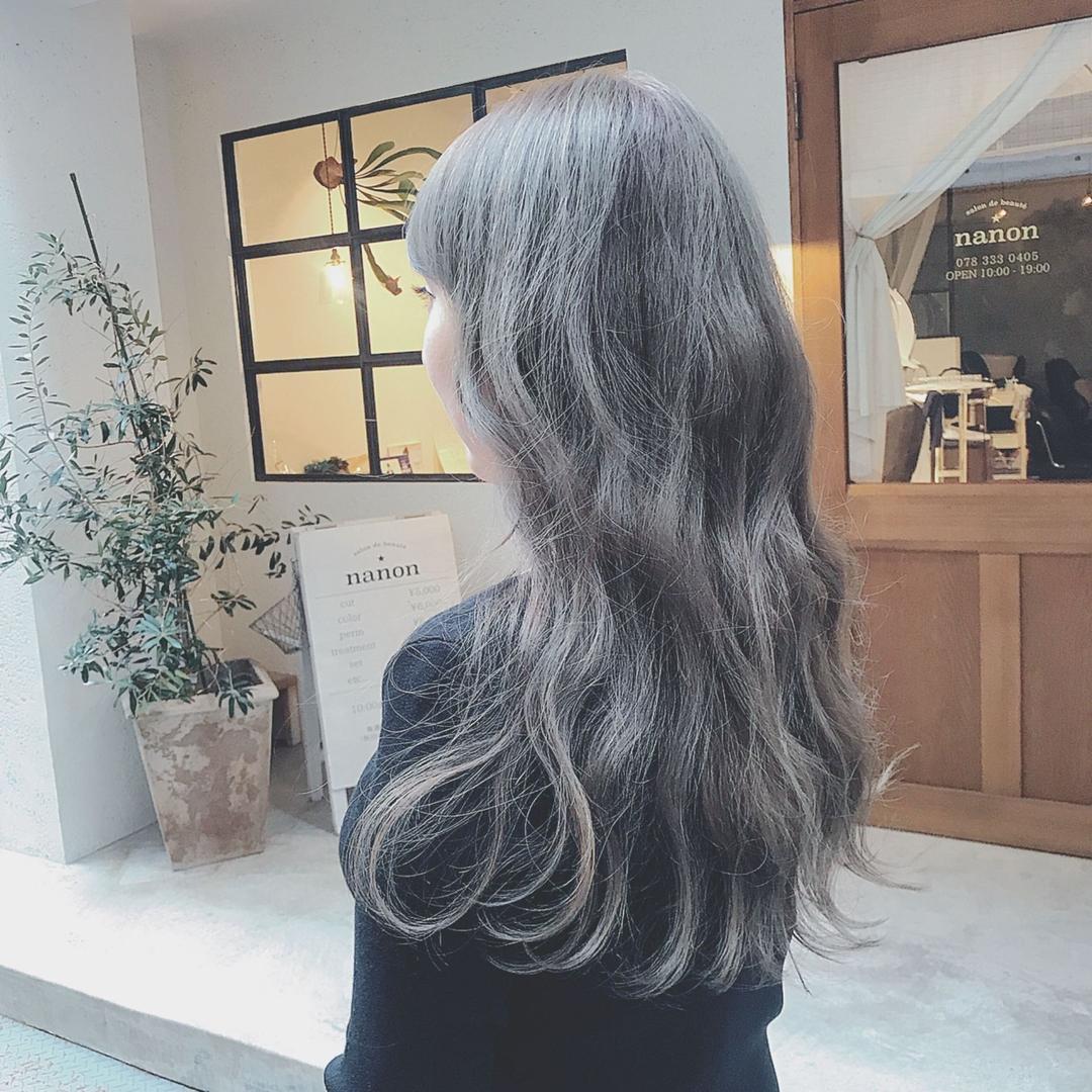 浦川 由起江さんのヘアスタイルの写真。テーマは『グレー、アッシュグレー、ファイバープレックス、外国人風カラー、ロングヘア、スロウカラー、ブリーチカラー、nanon、プライベートサロン』
