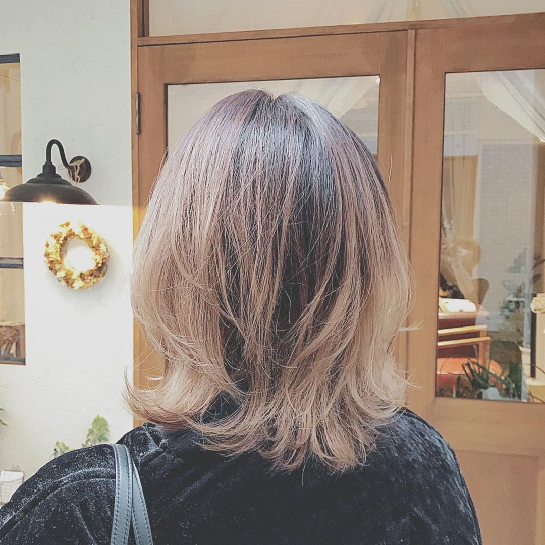 浦川 由起江さんのヘアスタイルの写真。テーマは『グラデーションカラー、ファイバープレックス、アッシュ、レイヤー、外ハネ、プライベートサロン、nanon、グレージュ、外国人風カラー』