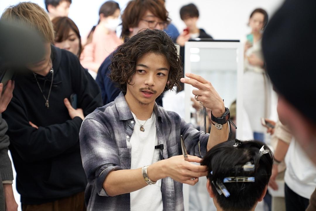 「apish AOYAMA」の新進気鋭の若手デザイナー、貴龍氏と黒山慶司氏をお迎えして2019年2月26日(火)に開催された特別セミナー。後編はトップデザイナーの貴龍氏による『最旬メンズパーマスタイルのつくり方』についてレポートします。