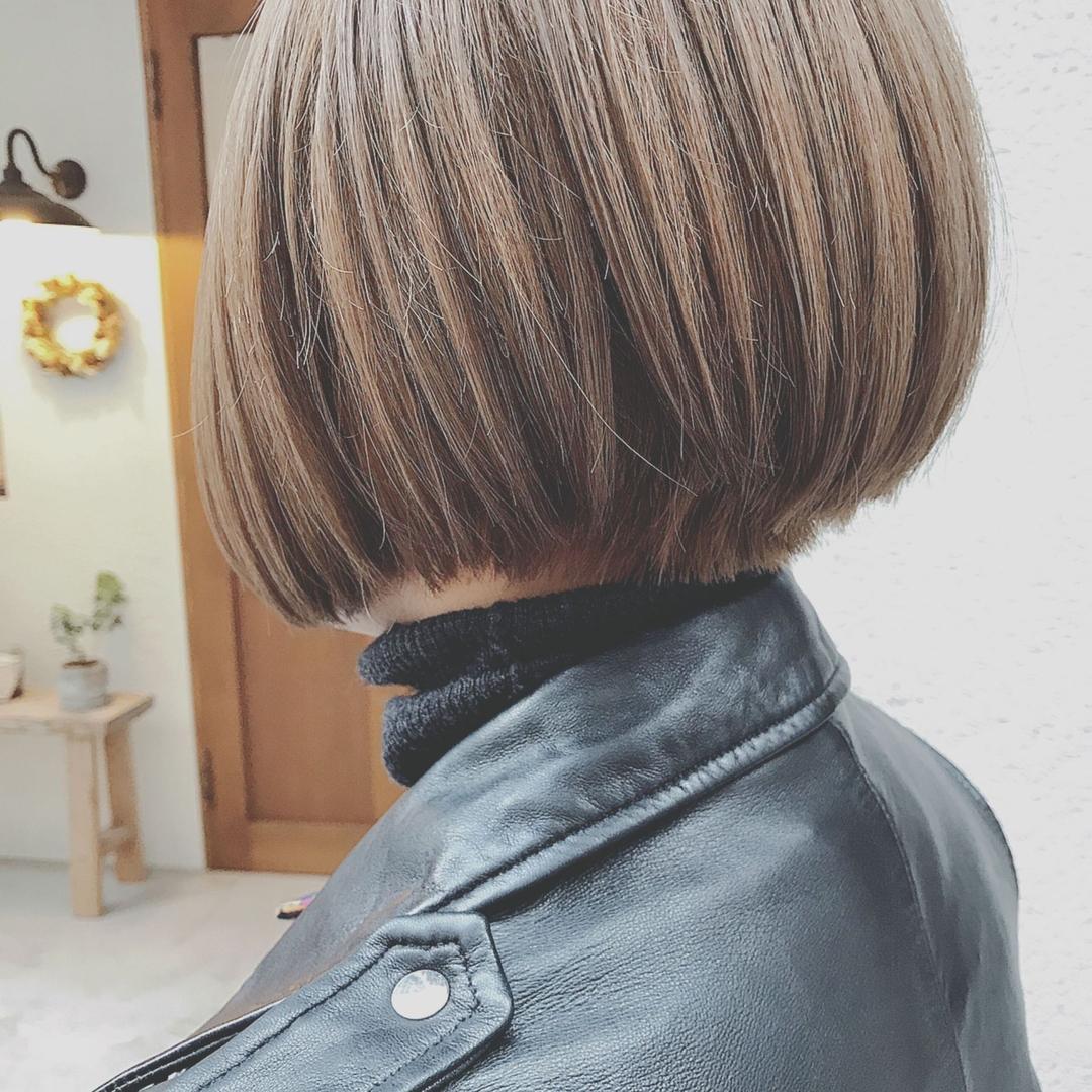 浦川 由起江さんのヘアスタイルの写真。テーマは『シルバーアッシュ、前下がりボブ、ボブ、シルバーカラー、アッシュグレー、グレーアッシュ、プライベートサロン、nanon、スロウカラー、ファイバープレックス』