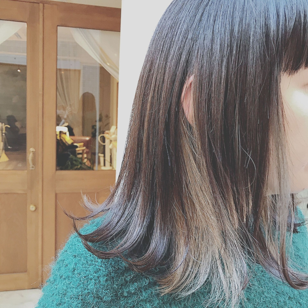 浦川 由起江さんのヘアスタイルの写真。テーマは『インナーカラー、切りっぱなし、外ハネ、パールカラー、ファイバープレックス、スロウカラー、プライベートサロン、nanon』