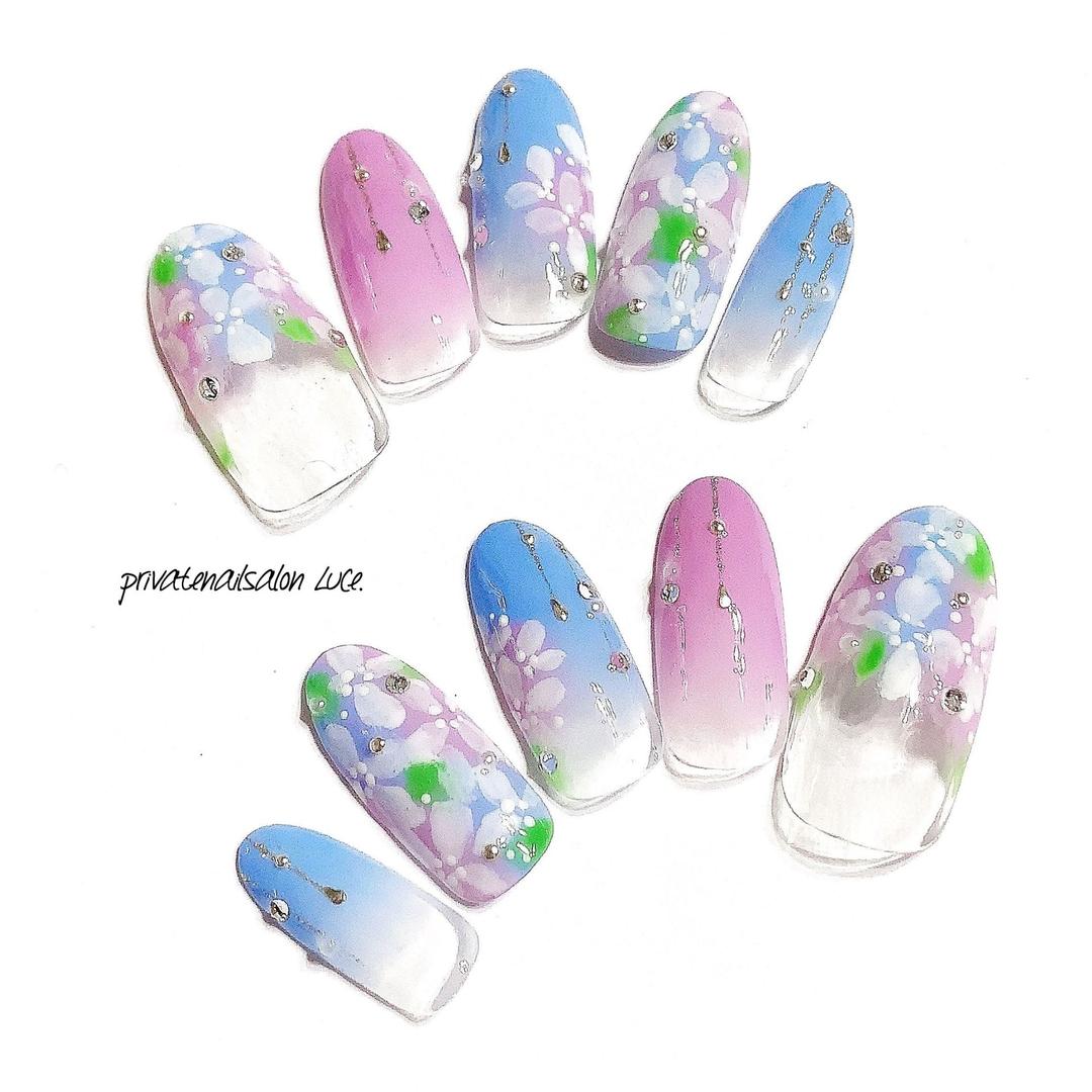privatenailsalon Luce.さんのネイルデザインの写真。テーマは『メルカリ、オーダー、雨、紫陽花、大人可愛い、受付開始、nail、nailist、gel、gelnail、nailchip、梅雨、グラデーション、花、flower、大人ネイル、kawaii、nailistagram、instanail、instagram、💅🏻、オーダーネイル、ラクマ、ショッピーズ、販売中、nailLuceで検索』
