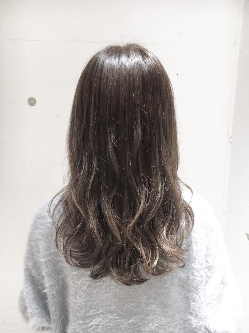 金沢 麻衣子さんのヘアスタイルの写真。テーマは『グレージュ、ベージュ、イルミナカラー、アディクシーカラー』