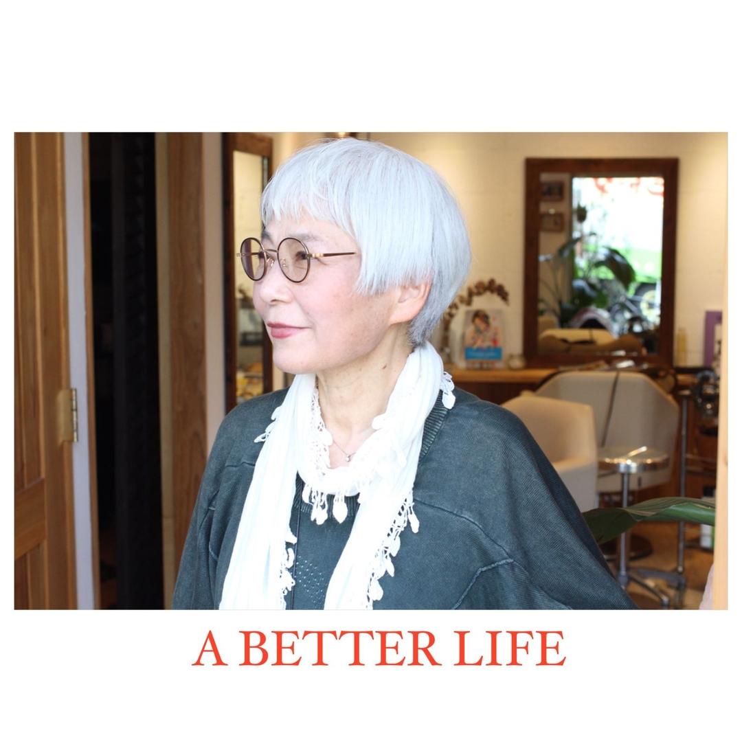 藤枝晃也さんのヘアスタイルの写真。テーマは『後頭部、ローレイヤー、マッシュルームヘア、グレーヘア、ミセスヘア、雰囲気、お料理研究家、ショート、ヘア』