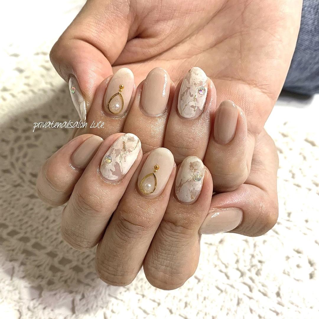 private nail salon Luce.さんのネイルデザインの写真。テーマは『ネイル、ジェルネイル、nail、nailart、nailist、大人ネイル、大人可愛い、シンプルネイル、ワンカラーネイル、タイダイ、マーブル、ヌードカラー、シアーカラー、ブローチネイル、美爪、💅🏻、艶、お客様ネイル、Nailbook、tredina、nailistagram、奈良、🏡、自宅サロン、お家ネイル、Luce.』