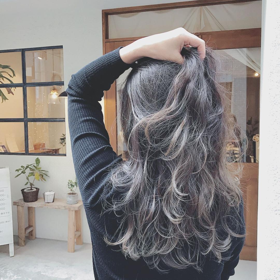 浦川 由起江さんのヘアスタイルの写真。テーマは『シルバーグレー、ヘアスタイル、ロング、ハイライト、外国人風カラー、グレージュ、かきあげヘア、スロウカラー、ブリーチカラー、プライベートサロン、nanon』