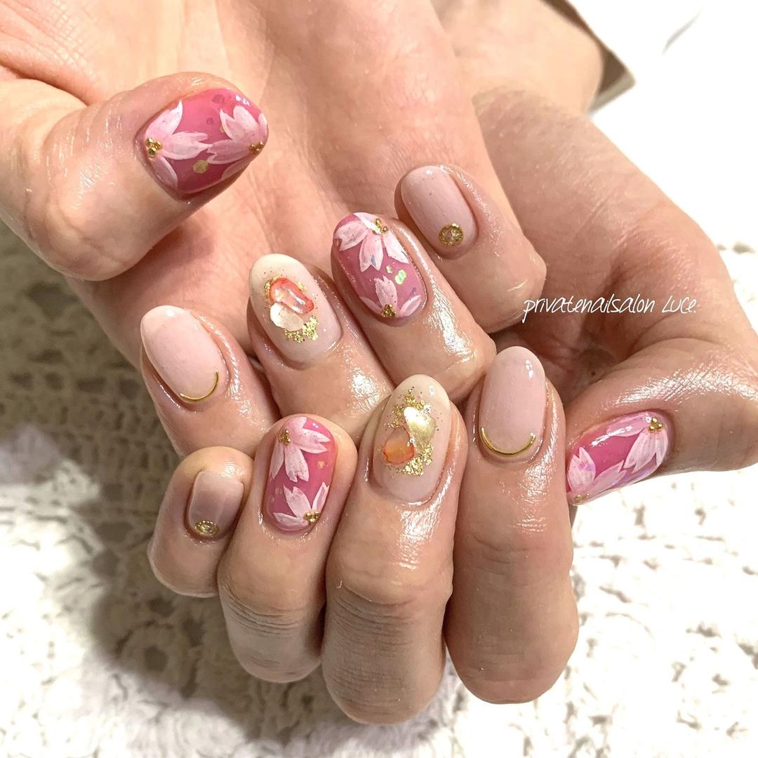 private nail salon Luce.さんのネイルデザインの写真。テーマは『💅🏻、nail、gelnail、nailist、nailart、大人ネイル、大人可愛い、simplenails、ワンカラー、シアーカラー、pink、ピンク、花、flower、ちゅるんネイル、シェルストーン、金箔、ラメ、ホログラム、nara、奈良、お家ネイル、自宅サロン、privatenailsalonLuce.、Nailbook、tredina、掲載、instanail、nailistagram、instagram、instalike、instagood』