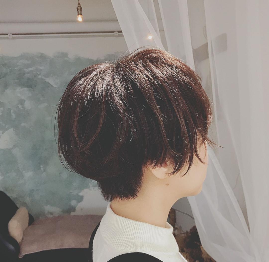 浦川 由起江さんのヘアスタイルの写真。テーマは『ハンサムショート、ショートヘア、ショートパーマ、くせ毛風、プライベートサロン、nanon』