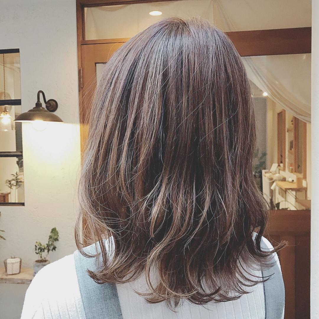 浦川 由起江さんのヘアスタイルの写真。テーマは『外ハネミディ、ハイライト、アッシュグレージュ、ケアブリーチ、外国人風カラー、プライベートサロン、nanon』