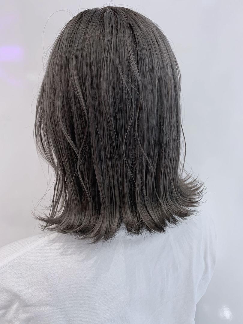 滝田 拳史 【Takita Kenji】さんのヘアスタイルの写真。テーマは『グレージュ、外ハネ、ミディアム、ブルージュ、グレー、無造作、ベージュ』