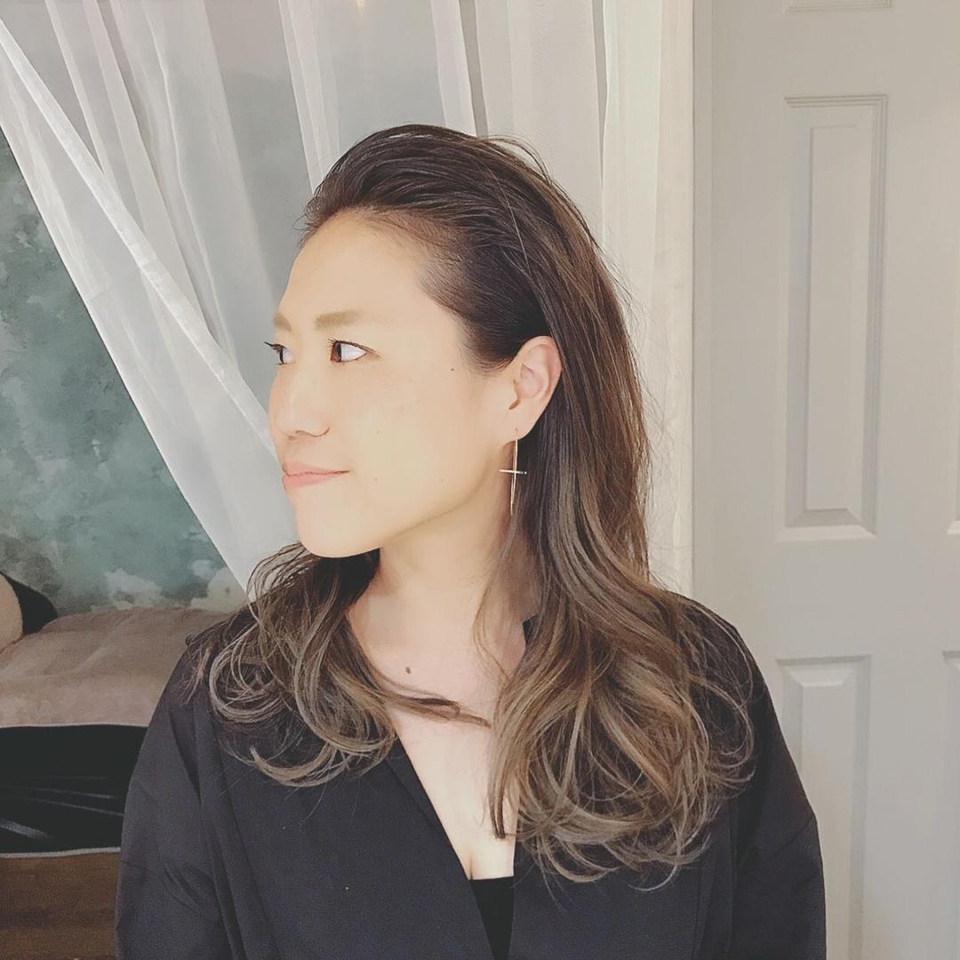 浦川 由起江さんのヘアスタイルの写真。テーマは『オールバック、ロングヘア、外国人風カラー、マットグレージュ、ハイライト、グラデーションカラー、プライベートサロン、nanon』