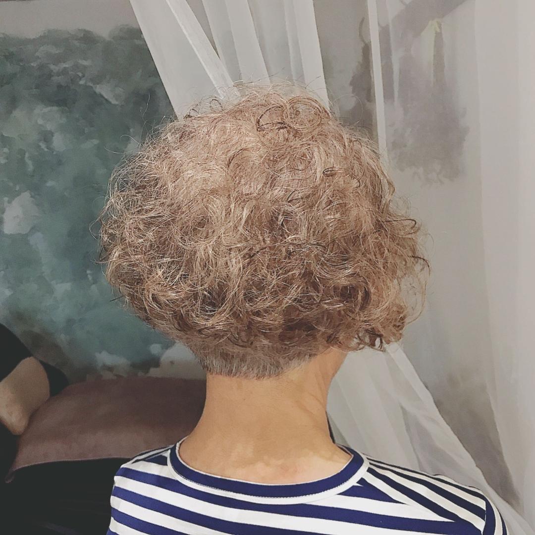 浦川 由起江さんのヘアスタイルの写真。テーマは『グレイヘア、パーマ、ショート、プライベートサロン、nanon』