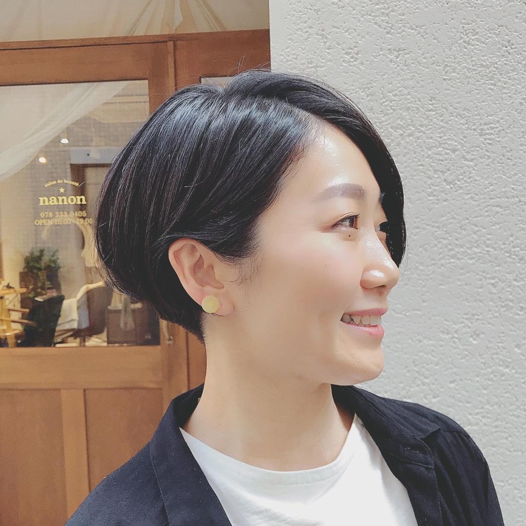 浦川 由起江さんのヘアスタイルの写真。テーマは『前髪長めショート、大人ショート、黒髪ショート、ショートヘア、プライベートサロン、nanon』