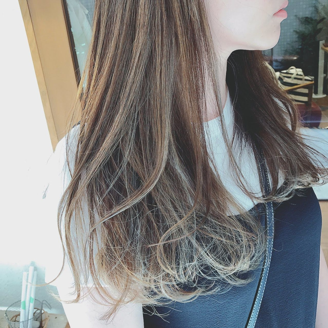 浦川 由起江さんのヘアスタイルの写真。テーマは『スペシャルハイライト、ハイライト、シルバーグレージュ、ロングヘア、外国人風カラー、スロウカラー、プライベートサロン、nanon』