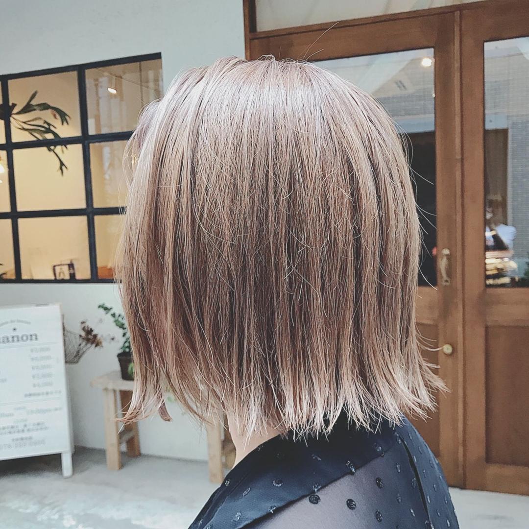 浦川 由起江さんのヘアスタイルの写真。テーマは『シルバーベージュ、切りっぱなしボブ、ボブ、プライベートサロン、外国人風カラー、nanon、ケアブリーチ』
