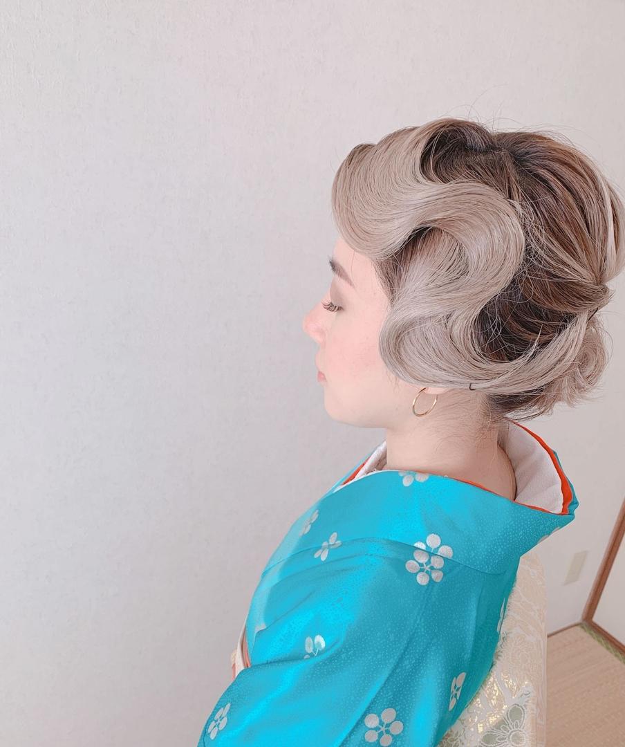 Moriyama  Mamiさんのヘアスタイルの写真。テーマは『福岡ヘアセット、天神、ヘアアレンジ、ヘアセット、Threekeys、スリーキーズ、着物、夜会巻き、福岡結婚式、結婚式、親族衣装、着付け、着物ヘア、和装ヘア、プレ花嫁、ヘアセット専門店、和装ヘアアレンジ、訪問着ヘア、オトナ女子、着物レンタル、結納、前撮り、お呼ばれヘア、結婚式お呼ばれ、シニヨンアレンジ、面スタイル、艶、留袖、振袖ヘア、フィンガーウェーブ』