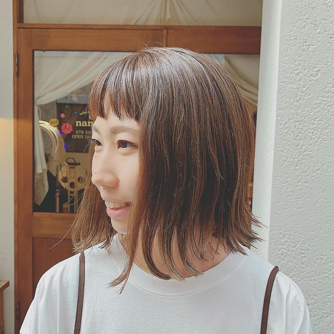 浦川 由起江さんのヘアスタイルの写真。テーマは『ショートバング、切りっぱなしボブ、ボブ、外ハネ、ハイライトカラー、アッシュグレージュ、プライベートサロン、nanon』
