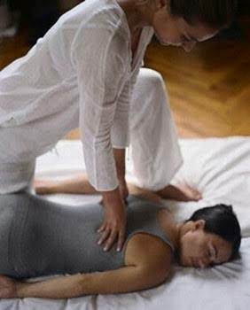 ガチゴチ身体にはバランシングドライマッサージ!凝り固まった筋肉をじんわり指圧でもみほぐし、全身の歪みを整えます。身体が固くなりやすいく疲れやすいこの時期に、定期的なケアで元気で美しい自分を取り戻しましょう! 初回20%OFFキャンペーン!と年末年始10分延長サービス!やっていますので、是非この機会にご利用下さい🉐  #出張マッサージ#出張エステ#指圧#整体#疲労回復#肩コリ#腰痛#リラクゼーション