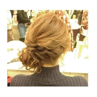 ルーズなサイドアップ 前からシニヨンがチラ見えで、 可愛いです #ブライダル#大人可愛い#シニヨン#ヘアセット#二次会#結婚式#ルーズ#可愛い#ウェーブ