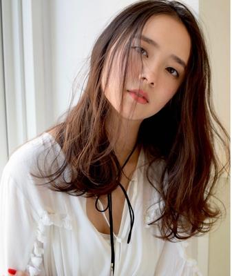やわらかリラックスロング  髪が柔らかく揺れるロングパーマスタイル。Aラインをベースに毛先全体にローレイヤーを入れ、顔まわりの髪が動きやすいようにドライカットで質感を調整。大きめロッドでデジタルパーマをオン。ナチュラルなミルクティーブラウンで女性らしさをプラスします。  #color#bob#set東京#渋谷#美容室#美容院#美容師#メイク#ヘアカタ#ヘア#クラン#サロン#ボブ#モデル#ブルージュ#グレージュ#カラー#イルミナカラー#ツヤ