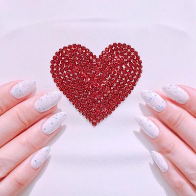 マミー(印象評論家 重太みゆき)のネイルをチェンジしました . 今回はホワイトベースにブルーのグリッターでキラキラに . #nail#naildesign#nailstagram#nailart#designs#white#whitenail#blue#glitter#glitternails#heart#salon#nailsalon#ginza#SKYNAIL#SORA#印象評論家#重太みゆき