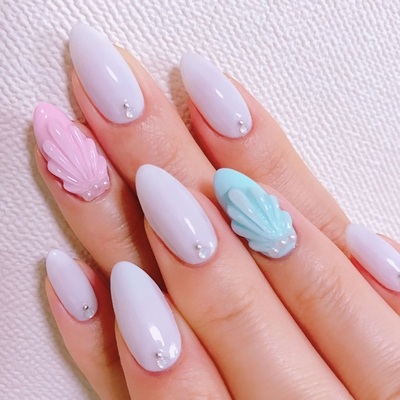 New nail . 硬めのジェルを何度も重ね塗りして3Dのシェルにしました〜 他の指はシンプルに!! . #nail#naildesign#nailart#gelnails#summer#summernails#shell#swarovski#swarovskinails#salon#nailsalon#ネイル#ネイルデザイン#ネイルアート#ジェルネイル#3Dネイル#夏#夏ネイル#貝#SORA