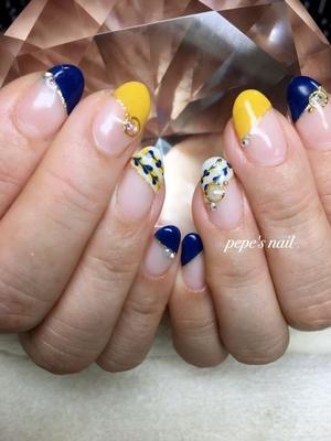 イエロー&ネイビーの組み合わせ♡ 色味は少し深い色で秋を感じさせる色合いです。 フットはゴールド&シルバーでキラキラ華やかに仕上がりました。 いつもお二人で💅それぞれサンプルから✨ いつもありがとうございます♡♡ ・ #pepesnail#nail#nailstagram #nails #nailart#handnail#footnail#ネイル#ネイルアート#ジェルネイル#手描きアート#ネイルデザイン #秋ネイル#フットネイル#ハンドネイル#サンプルから#スワロフスキー
