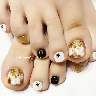 . #お客様ネイル#nail#nailart#gel #foot#footnail#秋#autumn#💅 #大人可愛い#大人ネイル#奈良 #べっ甲ネイル#色違い#white #スタッズ#スタッズアート#🎨 #Nailbook#tredina#nailstagram #自宅サロン#お家ネイル#Luce.