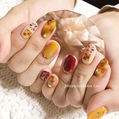 . #お客様ネイル#nail#nailart#gel #大人ネイル#大人可愛いネイル #べっ甲#ブローチ#香水瓶#💅 #チェーン#イエローマスタード #Nailbook#tredina#nailist#奈良 #自宅サロン#お家ネイル#Luce.