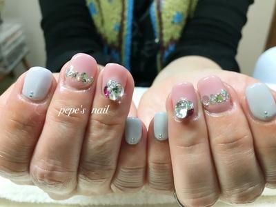 ピンク×グレーにスワロフスキーのシンプルネイル💅 Vカットものせてキラキラになりました〜✨ ・ #pepesnail #nail #nails #nailart #nailstagram #handnail #gelnail #ネイル#ネイルアート#ハンドネイル#持ち込み画像#ジェルネイル#スワロフスキー#ワンカラー