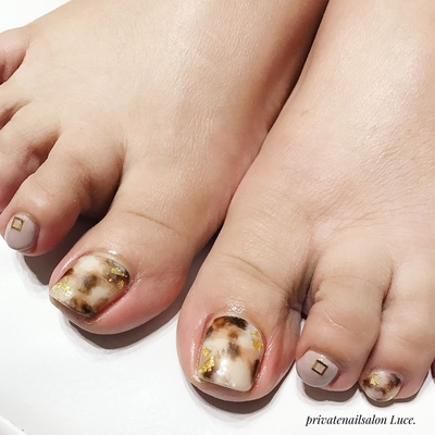 . #お客様ネイル#nail#nailart#💅 #foot#footnail#秋冬#デザイン #simple#大人ネイル#大人可愛い #白べっ甲#べっ甲#金箔#グレージュ #Nailbook#tredina#nailist#奈良 #自宅サロン#お家ネイル#Luce.
