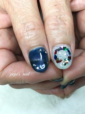 キャッツアイで冬ネイル💅 親指にはクリスマスリース🎄 冬の夜空のようなキラキラネイルになりました! クリスマスサンプル増えてます♡ ぜひお越しください! ・ #pepesnail #nail #nailart #nailstagram #gelnail #nails  #paragel #pregel#handnail#ネイル #ネイルアート #きまぐれキャット#ハンドネイル#秋冬ネイル #キャッツアイ#クリスマスネイル#クリスマスリース