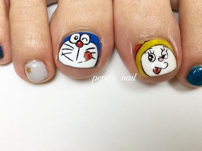 先輩がフットのネイルチェンジに来てくださいました💅 子どもさんが好きなドラえもん〜 片方はドラミちゃんに💕 左右で色味を変えてキャッツアイのブルーを2色使いました。 ストーンをつけなくても、キラキラして綺麗でした〜♡ キャッツアイ、大人気です! 新色も入荷してますよ〜。 ・ #pepesnail #nail #nailart #nailstagram #gelnail #nails  #paragel #pregel#handnail#footnail#character#characternail#ネイル #ネイルアート #きまぐれキャット#ハンドネイル#フットネイル#秋冬ネイル #キャッツアイ#キャラクターネイル#ドラえもん#ドラミちゃん#ドラえもんネイル