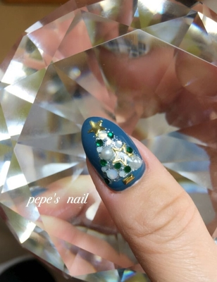 my nail💅 クリスマス仕様です。 流行りのグレンチェック+ツリー🎄 この時期によく使われる赤ですが、ブルーを選びました。 くすんでる色が好みです♡ パールとの相性もgood。 ・ #pepesnail #nail #nailart #nailstagram #gelnail #nails #mynail #mynails #newnail #paragel #pregel#calgel#ネイル #ネイルアート #パール#クリスマスネイル#ツリー#冬ネイル#グレンチェック#グレンチェックネイル#自爪