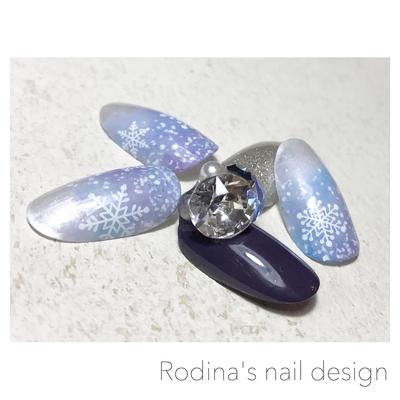 ::::: ❄️💓☃️💓 ❄️ ::::: ・ スノーフレーク♪♪ 雪の結晶は手描きが好きですが シールを使う際には ひと手間加えたいタイプです❄️ ・ #crystal #snow #冬ネイル ・ ・ #ロディーナ #愛知県 #春日井市 #ネイルサロン ・ ☎︎0568-97-3488 ✉︎info@rodina-nail.jp ブログ&ホームページのご予約フォームより 24時間お問い合わせ受付ております☺︎ ・ #春日井#春日井ネイル#春日井ネイルサロン#名古屋ネイル#ネイル#ネイルケア#ネイルデザイン#ネイルアート#パラジェル#ジェルネイル#フェザーネイル#雪の結晶ネイル#ビジュー #nail#nails#naildesign#nailart#instanails#instagood#swarovski