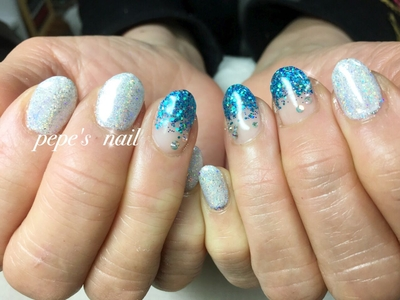 プラネットパウダーとブルーのラメでキラキラに✨ ブルーのラメはART MEとbeauty nailerのラメをミックスしています。 プラネットパウダーがきれい〜♡ ・ #pepesnail#gelnail#nail#nailart#ネイル#ネイルアート#グラデーション#ラメグラデーション #ワンカラー#秋冬ネイル#シンプルネイル#プラネットパウダー#calgel#paragel#お家ネイル#handnail #ハンドネイル#スワロフスキー