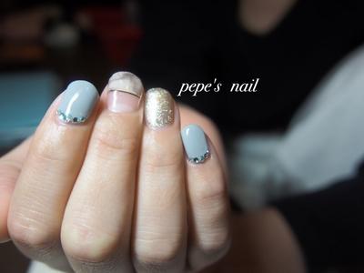 和紙を使ったネイルです。 変形フレンチのマーブルのようなタイダイのような柄は和紙なのです! サンプルから選ばれました♡ ・ 今回は家の近いお友達で、子どもがまだ小さいということで初の出張ネイル💅 お利口にしててくれて、楽しい時間を過ごせました💕 人生初のジェルネイル。 楽しんでね♡ ・ #pepesnail #nail #nailart #nailstagram #gelnail #nails  #paragel #pregel#handnail#ネイル #ネイルアート #ハンドネイル#冬ネイル #和紙#和紙ネイル#フレンチネイル#スワロフスキー#ラインテープ #自宅ネイル#大分市#出張