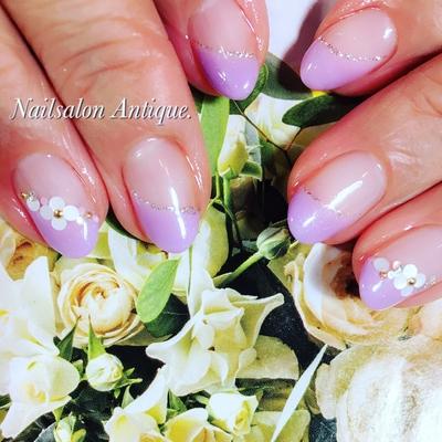 うる艶アジサイ色で目を惹くお手元に✨ ・ ホログラムの小花も人気です♡ ・ ⿻ ⿻ #紫陽花 #花 #オフィスネイル #シンプルネイル #新宿#代々木#代々木ネイル #プライベートサロン#ネイル#ジェル