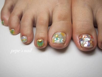 アシメな夏ネイル💅 今年のフットはアシメデザインがよく出ています。 画像を参考に、相談しながら色味を決めました♡ 自由にデザインを考えられるので面白いですね。 年に一回のフットネイル楽しんでくださいね💕 ・ ・ #pepesnail #nail #nailart #nailstagram #gelnail #nails  #paragel #pregel#vetro#bellaforma #handnail#ネイル #ネイルアート #夏ネイル#フットネイル #シェルストーン#ニュアンスネイル #アシンメトリーネイル #アシンメトリー#自宅ネイル#大分市