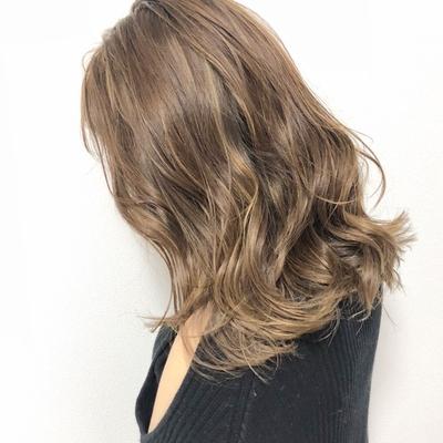 cut:レイヤーカット color:ミルクティーベージュ  ヘアカラー #外国人風カラー #ハイライト #ミルクティー #グレージュ #ヘアカタ #ハイトーン #follow4follow #hairstyle #highlight #color #haircut  #black #fashion