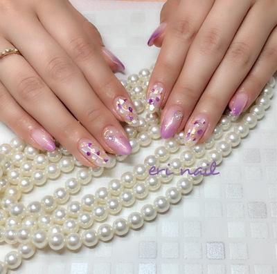 紫陽花風シェルネイル✨ 『紫陽花の様な色合いで、シェルネイルがしたいなぁ〜』ということで、パープルシェルを使って紫陽花風シェルネイルをお作りしました👍✨ とにかく美ハンドで色白のお客様なので、どんな色合いもデザインもお似合いになりますね〜☺️💕 今回もすっごくキラキラで素敵でした👍💕   #ジェル #ジェルネイル #ジェルネイルデザイン #ネイル #ネイルデザイン #ネイルアート #ネイルブック予約受付中