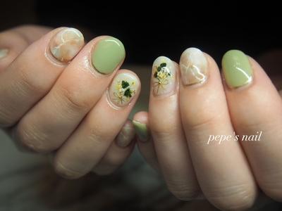 wedding nail💅 大親友の結婚式。幸せになってねとの願いを込めながらのネイルでした。 土日しかできず、すぐオフしなければいけない為、自分で剥がすだけのベースを使いました。オフしやすいように、キューティクル側は隙間をあけています。 ・ ・ #pepesnail #nail #nailart #nailstagram #gelnail #nails  #paragel #wedding nail#pregel#vetro#bellaforma #handnail#ネイル #ネイルアート#シンプルネイル#ワイヤーネイル #ドライフラワー#押し花ネイル #ハンドネイル  #ウエディングネイル#花嫁ネイル#大理石アート#大理石ネイル#自宅ネイル#大分市#大分市ネイル#ピールオフジェル
