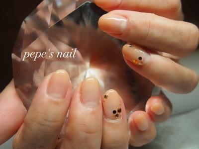 お客様ネイル💅 シンプルグラデ♡ 薬指のみに上品なゴールドのラメを散らばせて、スワロも茶系に。 ・ #pepesnail #nail #nailart #nailstagram #gelnail #nails  #paragel #ageha #agehagel #pregel#pregelmuse#vetro#bellaforma #handnail#ネイル #ネイルアート#オフィスネイル#グラデーション#ストーン #ハンドネイル  #自宅ネイル#大分市ネイル #大分市森
