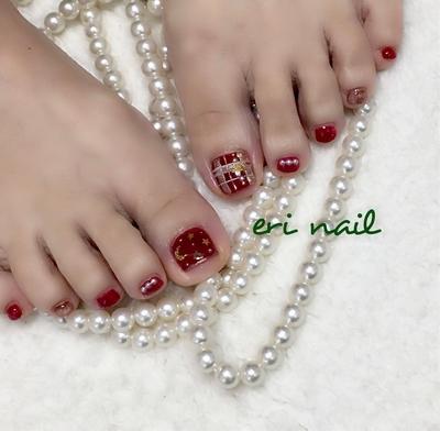 キラキラクリスマスフット✨ 一足お先にクリスマスフット🎄🤶✨ 赤カラーで、元気をもらいたい❗️と言うことでお客様がお選びになった赤のカラーにキラキラをプラスしてクリスマスにも素敵なフットに仕上がりました✨ 可愛いなぁ〜💕